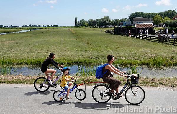 Nederland Zaanstad -  juli 2018.  Toeristen fietsen in Zaanse Schans.  Foto Berlinda van Dam /  Hollandse Hoogte