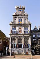 Hoorn- Westfries Museum ofwel Statencollege aan de Roode Steen.Het gebouw waar het museum in gevestigd is, was aanvankelijk het Statencollege - de vergaderplaats van de Gecommitteerde Raden van West-Friesland en het Noorderkwartier. Dit pand is in 1632 gebouwd en heeft een gevel in de stijl van de Nederlandse renaissance. Tijdens de Franse tijd werd het gebouw in 1795 een rechtbank. Op 10 januari 1880 werd het museum aan de achterkant van het gebouw gevestigd.Tot 1932 deelden kantongerecht en museum het gebouw. Het gebouw is een rijksmonument