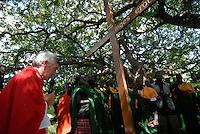 UGANDA Karamoja , Karimojong a pastoral tribe , christian mass with italian missionary under tree / UGANDA Karamoja , Volk der Karimojong , christliche Messe mit einem italienischen Pfarrer unter einem Baum