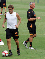 "Calcio: il nuovo allenatore della Roma Claudio Ranieri dirige il suo primo allenamento al centro sportivo ""Fulvio Bernardini"" di Trigoria, Roma, 2 settembre 2009. A sinistra, il capitano Francesco Totti..AS Roma football team's new coach Claudio Ranieri leads his first tranining session past captain's Francesco Totti, left, at the club's sporting center on the outskirts of Rome, 2 september 2009..UPDATE IMAGES PRESS/Riccardo De Luca"