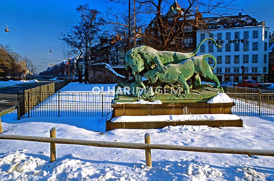 Escultura na cidade de Copenhague. Dinamarca. 1985. Foto de Juca Martins.