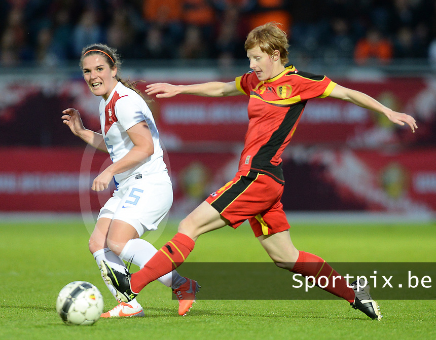 Belgian Red Flames - Nederland :<br /> <br /> Lien Mermans (L) probeert een voorzet van Siri Worm (L) te onderscheppen<br /> <br /> foto Dirk Vuylsteke / Nikonpro.be
