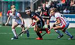 AMSTELVEEN - Eva de Goede (A'dam) met rechts Freeke Moes (OR)  tijdens de hoofdklasse competitiewedstrijd hockey dames,  Amsterdam-Oranje Rood (5-2). COPYRIGHT KOEN SUYK