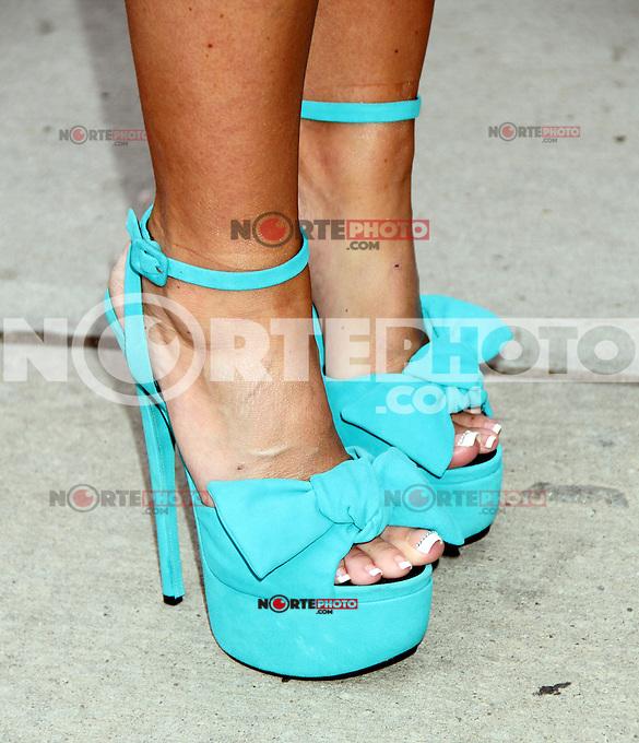 26 de abril 2012 Primer plano de los zapatos azules de Kim Zolciak en el Wendy Williams Show para hablar de su nuevo espect&aacute;culo  Don't Be Tardy For The Wedding (No llegar tarde para la boda) en Nueva York. <br /> **SOLO*VENTA*EN*MEXICO**
