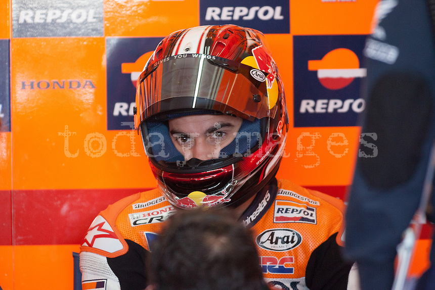 Dani Pedrosa hear the advices of his engineer