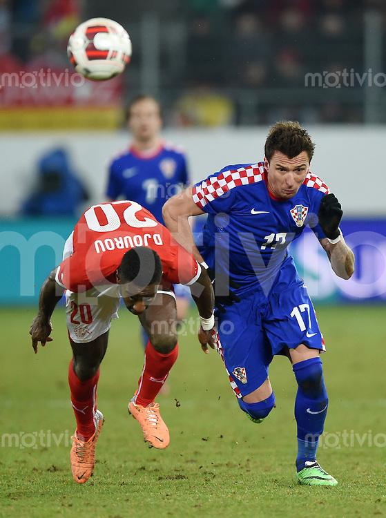 FUSSBALL INTERNATIONALES TESTSPIEL in Sankt Gallen Schweiz - Kroatien       05.03.2014 Mario Mandzukic (re, Kroatien) gegen Johan Djourou (Schweiz)