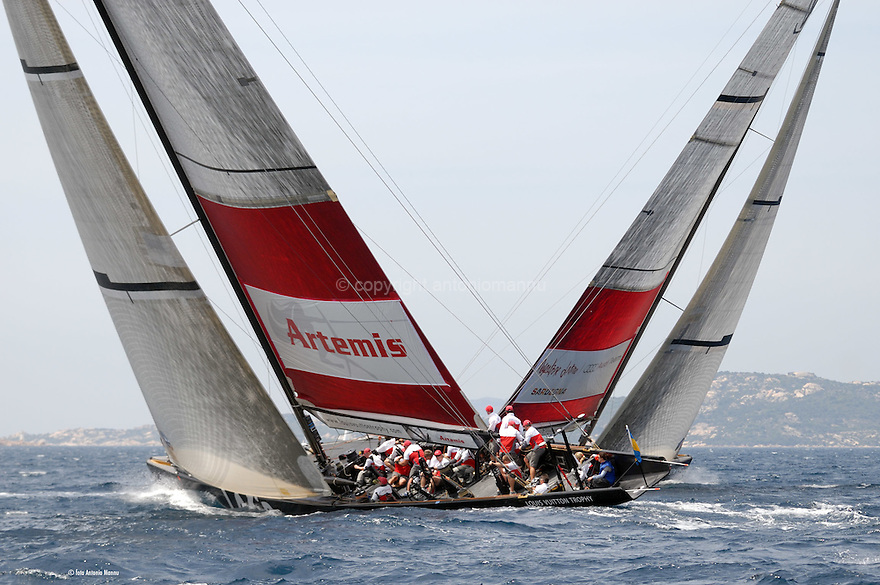 Louis Vuitton Trophy La Maddalena 27 maggio 2010. Mascalzone Latino e gli svedesi di Artemis incrociano la rotta durante una regata del round robin