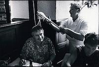 """Europe/France/Midi-Pyrénées/12/Aveyron/Aubrac : Baptème à l'Aligot au restaurant """"Chez Germaine"""", le convive reçoit une couronne d'aligot et ensuite un diplome de mangeur d'Aligot"""