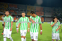 MEDELLIN - COLOMBIA -29-03-2014: Los jugadores de Atletico Nacional salen del campo al termino del partido Atletico Nacional y el Independiente Santa Fe por la fecha 13 de la Liga Postobon I 2014, jugado en el estadio Atanasio Girardot de la ciudad de Medellin.  / The players of Atletico Nacional leave the field at the of the match Atletico Nacional Independiente Santa Fe for the date 13th of the Liga Postobon I 2014 at the Atanasio Girardot stadium in Medellin city. Photo: VizzorImage. / Luis Rios / Str