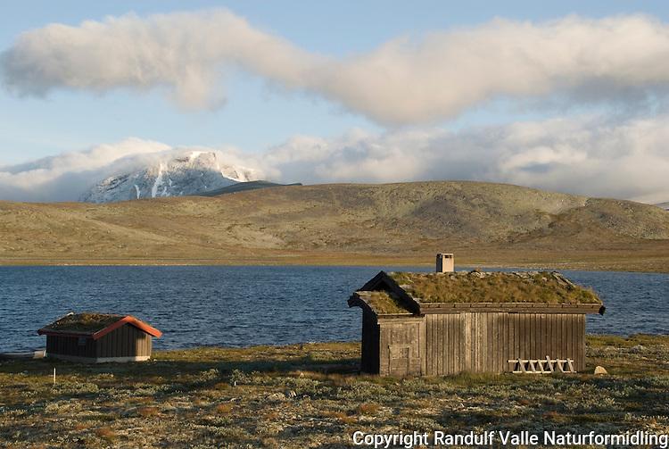 Hytte ved Enøvlingsvatnet i Dovrefjell. Skredahøin i bakgrunnen ---- Hut in Dovrefjell