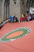 SAO PAULO, 31 DE MAIO DE 2012 - MANIFESTACAO MORADIA - Manifestantes da FLM (Frente de Luta por Moradia), Central de Movimentos Populares e organizacoes que compartilham da luta, protestam em passeata que saiu do Teatro Municipal seguindo no viaduto do cha ate a praca da Se, regiao central da cidade. Os presentes manifestam contra possiveis reeintegracoes de posse que estariam em andamento no centro da cidade e desabrigariam cerca de 560 familias e mais de 2000 pessoas. FOTO: ALEXANDRE MOREIRA - BRAZIL PHOTO PRESS