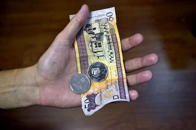 Imagen de billetes y monedas dominicana..Foto : © Roberto Guzman