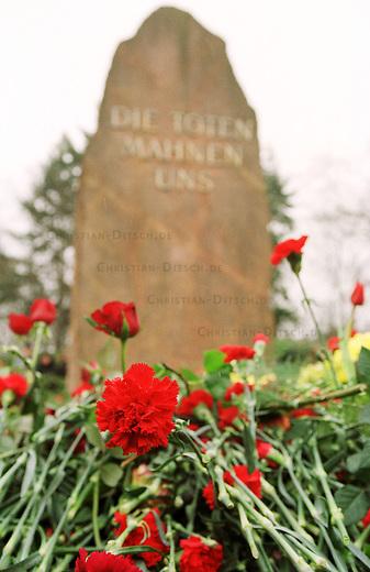 Zum Gedenken an die vor 81 Jahren am 15. Januar 1919 ermordeten Rosa Luxemburg und Karl Liebknecht kamen 80.000 Menschen zur Gedenkstaette der Sozialisten nach Berlin-Friedrichsfelde. Die Veranstaltung wurde von 2.000 Polizisten, darunter etliche Scharfschuetzen, gesichert.<br /> Am Wochenende zuvor wurde das Gedenken von Polizei und Innensenat wegen einer ominoesen Anschlagsdrohung verboten.<br /> Hier: Tausende Nelken bedecken die Gedenkstaette von Rosa Luxemburg und Karl Liebknecht.<br /> Berlin, 15.1.2000<br /> Copyright: Christian-Ditsch.de<br /> [Inhaltsveraendernde Manipulation des Fotos nur nach ausdruecklicher Genehmigung des Fotografen. Vereinbarungen ueber Abtretung von Persoenlichkeitsrechten/Model Release der abgebildeten Person/Personen liegen nicht vor. NO MODEL RELEASE! Nur fuer Redaktionelle Zwecke. Don't publish without copyright Christian-Ditsch.de, Veroeffentlichung nur mit Fotografennennung, sowie gegen Honorar, MwSt. und Beleg. Konto: I N G - D i B a, IBAN DE58500105175400192269, BIC INGDDEFFXXX, Kontakt: post@christian-ditsch.de<br /> Bei der Bearbeitung der Dateiinformationen darf die Urheberkennzeichnung in den EXIF- und  IPTC-Daten nicht entfernt werden, diese sind in digitalen Medien nach &sect;95c UrhG rechtlich gesch&uuml;tzt. Der Urhebervermerk wird gemaess &sect;13 UrhG verlangt.]