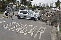 SAO PAULO, SP, 29.09.2013 – CARRO BATE EM CAÇAMBA DE ENTULHO: Um veículo bateu em uma caçamba de entulho na madrugada deste domingo (29) na Av Eng Eusebio Stevaux, altura do número 1770 na zona sul de São Paulo. O motorista foi socorrido pelos Bombeiros, segundo informou a policia militar que preservava o local do acidente. Foto: Levi Bianco - Brazil Photo Press