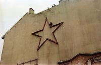 UNGARN, 10.1956.Budapest, VIII. Bezirk.Ungarn-Aufstand / Hungarian uprising 23.10.-04.11.1956:.Eine Studentin am Seil beim Herunterschlagen des Roten Sterns an einer Brandmauer am Kalvin-Platz..Student girl hanging on a rope and tearing down the red star from a fire wall on Kalvin square..© Jenö Kiss/EST&OST