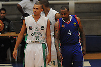 BELLO -COLOMBIA-10-03-2014. Dagoberto Peña (Izq) de Academia de la Montaña y Tyree Evans (Der) Caribbean Heat durante partido por la fecha 1 de la Liga DirecTV de Baloncesto 2014-I de Colombia realizado en el coliseo de la Universidad San Buenaventura en Bello./ Dagoberto Peña (L) of Academia de la Montaña and Tyree Evans (R) of Caribbean Heat during match for the first date of the DirecTV Basketball League 2014-I in Colombia played at Universidad San Buenaventura coliseum in Bello.  Photo:VizzorImage/Luis Ríos/STR