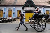 INDIA Westbengal, Kolkata, rickshaw kuli and tourist with camera / INDIEN, Westbengalen, Kolkata, Rikscha Kuli und Tourist mit Kamera