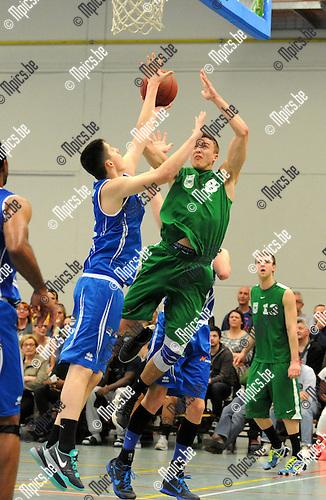 2015-04-19 / Basketbal / seizoen 2014-2015 / Oxaco - Houthalen / Ceyssens met Kesteloot (r. Oxaco)<br /><br />Foto: Mpics.be