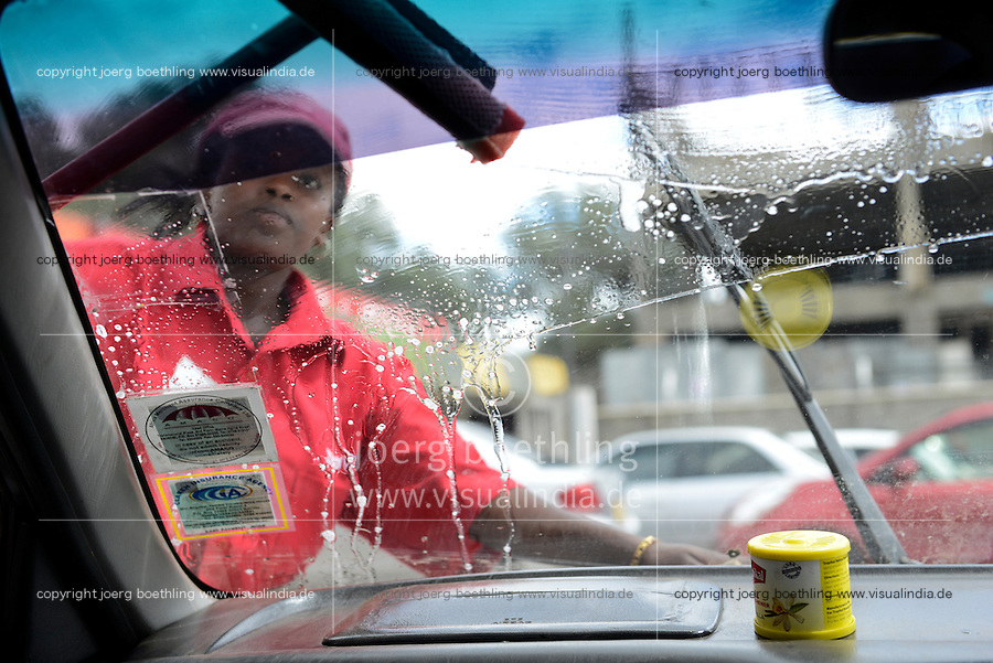KENYA Naivasha, women work at petrol station, cleaning car window / KENIA Naivasha, Frauen arbeiten als Tankwart an einer Tankstelle