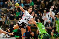Katja Langkeit (BSV) im Sprungwurf gegen Karin Weigelt (FAG)