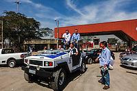 AO PAULO, SP, 01 SETEMBRO 2012 - ELEICOES SP - CELSO RUSSOMANNO - O candidato a prefeitura de Sao Paulo pelo (PRB) Celso Russomanno acompanhado de seu vice Luiz Flavio Durso, durante visita ao candeiro de obra do Itaquerao na regiao leste da capital paulista, neste sabado, 01. (FOTO: VANESSA CARVALHO / BRAZIL PHOTO PRESS).