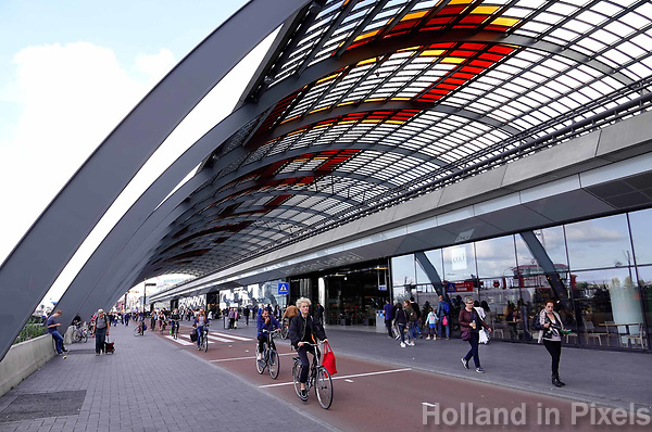 Nederland Amsterdam 2018 - Overkapping achter Centraal Station. Fiets / voetgangerspad. Foto Berlinda van Dam / Hollandse Hoogte