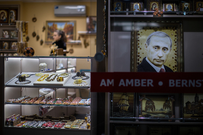 Bernsteinverkauf in Kaliningrad./<br /><br />Kiosks with amber articles in central Kaliningrad, Russia. Amber craftsmen claim that because of massive exports to China they have almost no access to legally-mined amber.