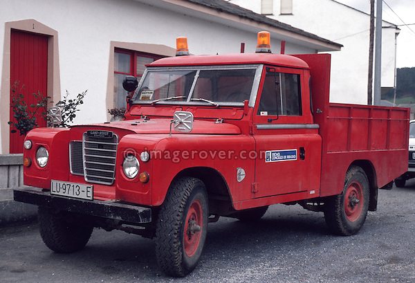 Spain 1990. Spanish Land Rover Santana Series 3 109 Truck Cab with tipper body and orange rotating beacon. --- No releases available. Automotive trademarks are the property of the trademark holder, authorization may be needed for some uses. --- Info: From the mid 1950's untill the early 1990's the english Land Rover was also built under license in Spain. The spanish company Metalurgica de Santa Ana (later to become Santana Motor SA), was producing Land Rovers in the beginning from CKD kits, but local content was gradually increased until the Santanas (this is how they were called) were 100 per cent locally manufactured.