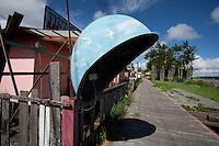 Casa comercial em Vila Progresso.<br /> <br /> Com a criação da Convenção sobre Diversidade Biológica - CDB -  tratado da Organização das Nações Unidas,  e a ratificação do protocolo de Nagoia em  2010,   se inicia um processo de organização para os  Povos e Comunidades Tradicionais em  busca de maior  qualidade de vida não apenas na Amazônia, mas em todo  mundo. <br /> <br /> Assim, em dezembro de 2013 a Rede Grupo de Trabalho Amazônico – GTA, em parceria com a Regional GTA/Amapá, o Conselho Comunitário do Bailique, Colônia de Pescadores Z-5, IEF, CGEN/DPG/SBF/MMA, juntamente com 36 comunidades do Arquipélago do Bailique, inicia o processo de criação do primeiro protocolo comunitário na Amazônia, instrumento que regula relações comerciais amparado por leis ambientais, estabelecendo o mercado justo, proteção da biodversidade,  entre outros . <br /> <br /> Desta forma, após dezenas de encontros, debates e oficinas,  as Comunidades Tradicionais do Bailique, articuladas pelo GTA,  se reuniram durante os dias 26, 27 e 28 de fevereiro, onde os moradores, em assembléia geral ordinária, definiram sua personalidade jurídica   criando uma associação para atuação comercial, votando seu estatuto e estabelecendo os diversos grupos de trabalho necessários para a gestão do Protocolo Comunitário.<br /> <br /> O encontro na comunidade São João Batista no furo do macaco(igarapé que dá acesso a vila), foz do Amazonas, recebeu cerca de 100 lideranças de 28 comunidades  nestes dias , que chegavam de barcos e canoas acompanhados por suas famílias<br /> <br /> Durante o debate,  representantes  do Ministério do Meio Ambiente, Ministério Público Federal, Fundação Getúlio Vargas, Embrapa e Conab esclareciam dúvidas e indicavam caminhos para fortalecer o primeiro protocolo comunitário na Amazônia.<br /> Arquipélago do Bailique, Vila Progresso, Macapá, Amapá, Brasil.<br /> Foto Paulo Santos