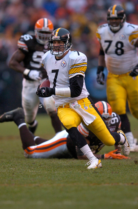 BEN ROETHLISBERGER, of the Pittsburgh Steeler, in action against the Cleveland Browns on November 12, 2006, in Cleveland, OH..Steelers win 24-20..Chris Bernacchi / SportPics