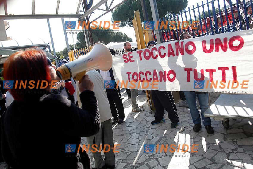 striscione Se toccano uno toccano tutti<br /> Roma 04-05-2016 Il segretario della Lega Nord contestato al mercato della Montagnola, dove aveva intenzione di visitare il mercato ma e' stato constretto ad abbandonare il quartiere a seguito dei cori dei contestatori.<br /> Photo Samantha Zucchi Insidefoto