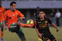 JORGE AGUIRRE (DER) DEL ITAGUI Y  ANDRES OROSCO (IZQ) DE ENVIGADO..GANO ITAGUI 2-1 A ENVIGADO -COLOMBIA-07-04-2013.  Jorge Aguirre (der) de Itagüi disputa el balón con Andrés Orozco (izq) de Envigado durante partido de la novena fecha del la Liga Postobón 2013-1 realizado en el Polideportivo sur en Envigado./ Jorge Aguirre (r) of Itagüi fights for the ball with Andrés Orozco (l) of Envigddo during match of the nineth date in the 2013-1 Postobon League at Polideportivo Sur in Envigado.  Photo:VizzorImage/Luis Ríos/STR