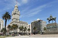 URUGUAY Montevideo , Artigas Memoria and Art Deco building Palacio Salvo at Plaza de Independencia /URUGUAY Montevideo Hochhaus Palacio Salvo (vom Architekten Mario Palanti  entworfen, eingeweiht 1928 , mit Hoehe von 105 m war das Gebaeude im Stil des Art déco bis 1935 das hoechste Bauwerk in Suedamerika) am Plaza de Independencia