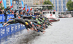 06.07.2019,  Innenstadt, Hamburg, GER, Hamburg Wasser World Triathlon, Elite Mainner, im Bild die Triathleten beim Start am Jungfernstieg in die Binnenalster Foto © nordphoto / Witke *** Local Caption ***