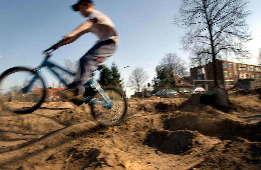 Amersfoort, 22 maart 2003.     .<br /><br />Jongens crossen op een braakliggend terreintje op crossfietsen. Ze hebben zelf de baan gemaakt op een landje dat lang ongebruikt blijft.<br />Kinderen, spelen, crossfiets, jeugd. speelplaats. buiten spelen    ..<br /><br />Foto: (c) Michiel Wijnbergh, Driebergen<br />michiel@wijnbergh.nl