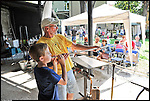 Jean-Marie Bertaina, maestro vetraio, insegna ai bambini l'arte vetraria al Glass Fest di Altare (SV) 2014