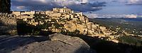 Europe/France/Provence-Alpes-Cote d'Azur/84/Vaucluse/Gordes: lumière du soir sur le village