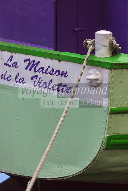 France, Haute-Garonne (31), Toulouse, Maison de la Violette, située sur une péniche du Canal du Midi // France, Haute Garonne, Toulouse,  Maison de la Violette, located on a barge on the Canal du Midi