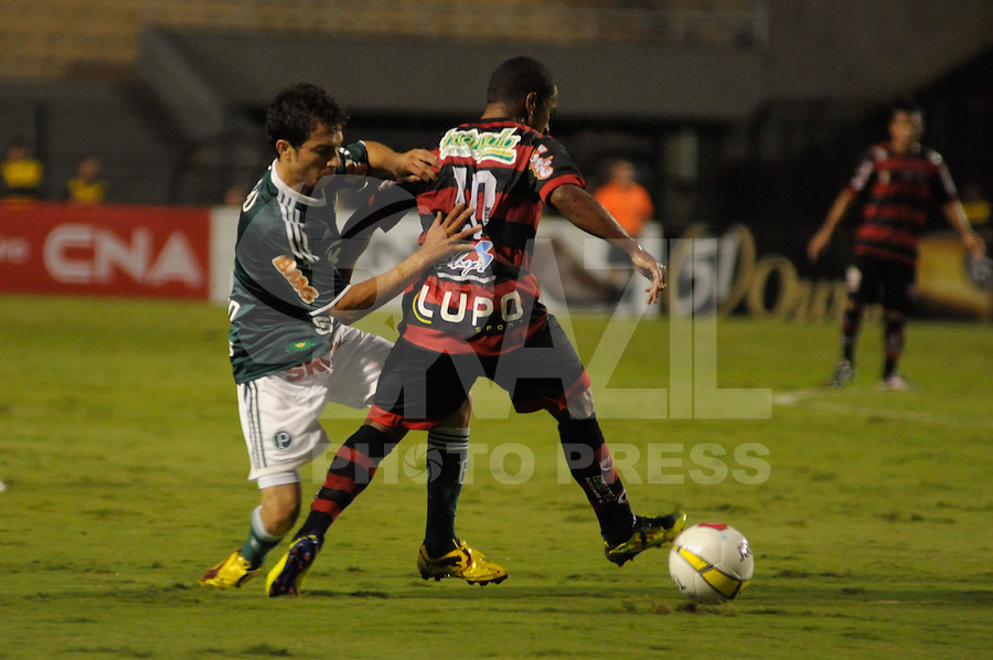 SÃO PAULO, SP, 23 DE FEVEREIRO DE 2012 - CAMPEONATO PAULISTA - PALMEIRAS x OESTE - Cicinho (e)  durante partida Palmeirsx Oeste valida pela 9ª rodada do Campeonato Paulista no estadio Paulo Machado de Carvalho (Pacaembu), região oeste da capital paulista. (FOTO: LEVI BIANCO - BRAZIL PHOTO PRESS)