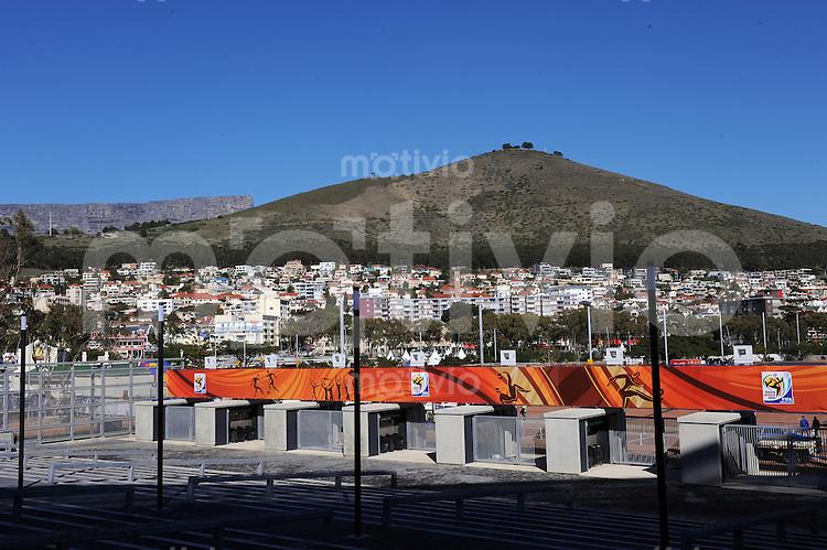 FUSSBALL WM 2010            10.06.2010 Eingangsbereich des Green Point Stadium in Kapstadt mit dem Stadtteil Greenpoint und dem Tafelberg im Hintergrund.