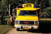 Jongen stapt uit  een schoolbus