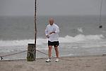 FBL 09/10 Traininglager  Werder Bremen Norderney 2007 Day 02<br /> <br /> Strandlauf Weisse Duene ( D&uuml;ne )<br /> <br /> Thomas Schaaf ( Bremen GER - Trainer  COACH) schaut nach seiner gelaufenen Zeit nach dem Strandlauf<br /> <br /> Foto &copy; nph (nordphoto)