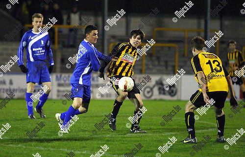 2012-03-31 / Voetbal / Zwarte Leeuw - Tongeren / Hannes De Meyer ( Zwarte Leeuw) in duel met Salvatore Baccarrella.