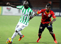 MEDELLÍN -COLOMBIA-04-03-2014. John Valoy (I) de Atlético Nacional disputa el balón con Faber Cañaveral (D) de Uniautónoma durante partido por la fecha 10 de la Liga Postobón I 2014 jugado en el estadio Atanasio Girardot de la ciudad de Medellín./ AtleticoNacional Player John Valoy (L) fights for the ball with Uniautonoma player Faber Cañaveral (R) during match for the 10th date of the Postobon League I 2014 at Atanasio Girardot stadium in Medellin city. Photo: VizzorImage/Luis Ríos/STR