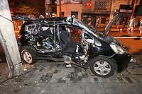 SAO PAULO, SP, 17-01-2013, ACIDENTE CARRRO X CAMINHAO. Na madrugada dessa Quinta-feira (17) um caminhao colidiu com um automovel  no cruzamentos das Ruas Teodoro Sampaio com a Oscar Freire. No momento do acidente nao havia energia eletrica no local o que pode ter contribuido para o acidente, duas pessoas ficaram presas as ferragens e foram socorridas a hospitais da regiao. Luiz Guarnieri/ Brazil Photo Press.