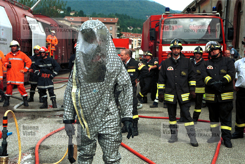 - exercise of National Fire Department in case of nuclear, bacteriological or chemical incident or attack , leak of dangerous substances from a merchandise train ....- esercitazione dei Vigili del Fuoco in caso di incidente o attentato nucleare, batteriologico o chimico; perdita di sostanze pericolose da un treno merci in sosta