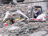 """MEDELLÍN - COLOMBIA, 21-10-2013. Aspecto de las labores de rescate despues de 10 dias en el conjunto Space en Medellín.  La Alcaldía y las autoridades de la ciudad de Medellín, conjuntamente con los ingenieros de Lérida CDO SA alertaron que la Torre 5 del edificio residencial Space, contigua a la Torre 6, que se desplomó el sábado por la noche, presenta """"riesgo inminente de colapso"""". Según la Alcaldía de Medellín, un comité técnico encargado de hacer la evaluación del estado de la unidad residencial Space en el acomodado barrio El Poblado analizó este lunes la situación y concluyó que la Torre 5 puede derrumbarse en cualquier momento porque tiene fracturas en dos columnas. (Foto: VizzorImage / Luis Rios / Str) Aspect of the rescue works after 19 days on the Space building in Medellin. The Mayor and the authorities of the city of Medellin, in conjunction with engineers from Lérida CDO SA warned that the tower 5 Space residential building, adjacent to the Tower 6, which collapsed on Saturday night, presents """"imminent risk of collapse """". According to the Mayor of Medellin, a technical committee to assessing the state of the housing units in the affluent Space Poblado Monday analyzed the situation and concluded that the Tower 5 may collapse at any moment because it has broken in two columns (Photo: VizzorImage / Luis Rios / Str)"""
