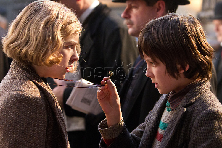 FILMBILD / T: Entdeckung des Hugo Cabret, Die / Hugo D: Chloe Grace Moretz, Asa Butterfield R: Martin Scorsese P: USA J: 2011 DA: * Bildrechte: Paramount Originaldateiname: 610912 Filmstill // HANDOUT / EDITORIAL USE ONLY! / Please note: Fees charged by the agency are for the agency??s services only, and do not, nor are they intended to, convey to the user any ownership of Copyright or License in the material. The agency does not claim any ownership including but not limited to Copyright or License in the attached material. By publishing this material you expressly agree to indemnify and to hold the agency and its directors, shareholders and employees harmless from any loss, claims, damages, demands, expenses (including legal fees), or any causes of action or allegation against the agency arising out of or connected in any way with publication of the material.