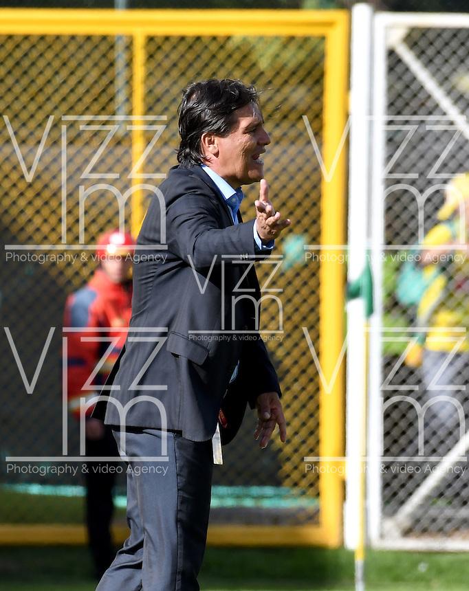 BOGOTA - COLOMBIA -05 -11-2016: Flabio Torres, tecnico de Atletico Bucaramanga, da instrucciones a los jugadores durante partido entre La Equidad y Atletico Bucaramanga, por la fecha 19 de la Liga Aguila II-2016, jugado en el estadio Metropolitano de Techo de la ciudad de Bogota. / Flabio Torres, coach of Atletico Bucaramanga, gives instructions to the players during a match La Equidad and Atletico Bucaramanga, for the  date 19 of the Liga Aguila II-2016 at the Metropolitano de Techo Stadium in Bogota city, Photo: VizzorImage  / Luis Ramirez / Staff.