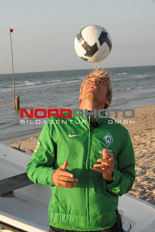 FBL 09/10 Traininglager  Werder Bremen Norderney 2007 Day 02<br /> <br /> Exclusivtermin mit Werdertv am Strand der Weissen D&uuml;ne ( Duene ) auf der Insel Norderney<br /> <br /> Clemens Fritz ( Bremen GER #8)<br /> <br /> Foto &copy; nph (nordphoto)